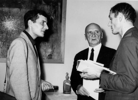 Od lewej Zbigniew Romaszewski, Henryk Stażewski, Wiesław Borowski (Galeria Foksal)