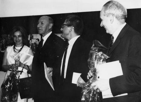 Od lewej tłumaczka, Michel Seuphor, dyr. Ryszard Stanisławski, Jan Brzękowski