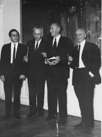Od lewej dyr. Ryszard Stanisławski, Jan Brzękowski, Michel Seuphor, Henryk Stażewski