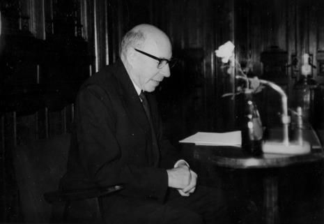 Michel Seuphor podczas odczytu o grupie Cercle et Carre w sali odczytowej ms