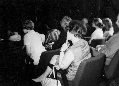 Publiczność słuchająca odczytu Michela Seuphora o grupie Cercle et Carre