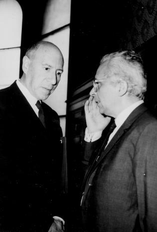 Michel Seuphor i Mieczysław Porębski w sali odczytowej ms