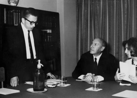 dyr. Ryszard Stanisławski, Michel Seuphor i tłumaczka w czytelni biblioteki ms