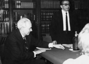 Mieczysław Porębski i dyr. Ryszard Stanisławski w czytelni biblioteki ms