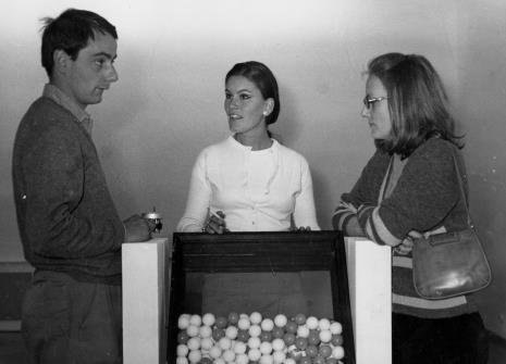 Przed otwarciem wystawy: Manfredo Massioroni, Mirella, tłumaczka