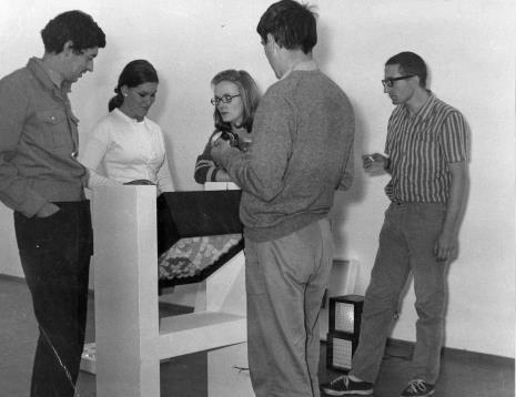 Przed otwarciem wystawy: od lewej Eduardo Landi, Mirella, tłumaczka, Ennio Chiggio, Manfredo Massioroni, Ennio Chiggio