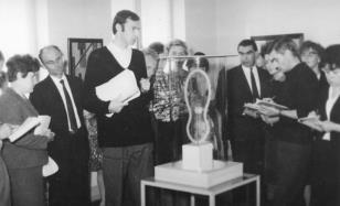 Jerzy Weinberg (Dział Naukowo-Oświatowy) z uczestnikami kursu