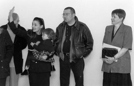 Mariusz Kruk z rodziną, z prawej komisarz wystawy Zenobia Karnicka (Dział Sztuki Nowoczesnej)