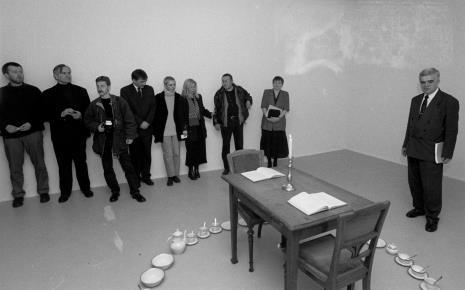 Od lewej x, Józef Robakowski, Cezary Pecold (fotoreporter Gazety Wyborczej), x, Marta Maro, Maria Morzuch (Dział Sztuki Nowoczesnej), Mariusz Kruk, Zenobia Karnicka (Dział Sztuki Nowoczesnej)