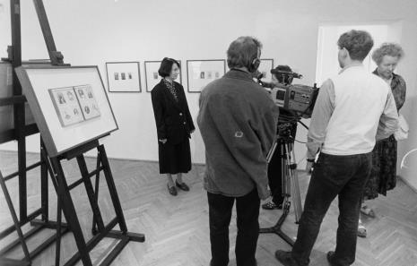 Komisarz wystawy Urszula Czartoryska (Dział Fotografii i Technik Wizualnych) udziela wywiadu ekipie TVP