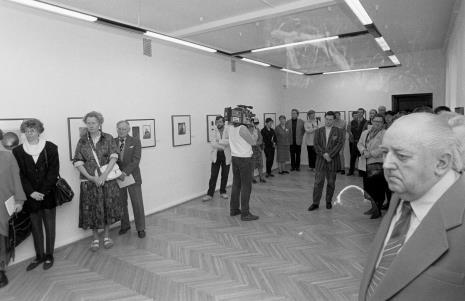 W środku na prawo od kamerzysty Dariusz Kacprzak (Dział Sztuki Obcej), Marta Ertman (Dział Sztuki Polskiej); z prawej archiwista Zdzisław Konicki, druga z lewej Elżbieta  Głowacka (Główna Księgowa)