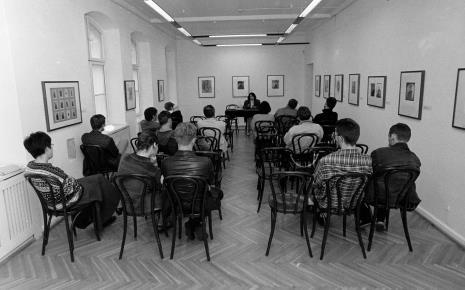 Konferencja prasowa, przy stole komisarz wystawy Urszula Czartoryska (Dział Fotografii i Technik Wizualnych)