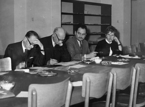 Od lewej red. Roman Janisławski (PAP), red. Mieczysław Jagoszewski (Dziennik Łódzki), red. Henryk Pawlak (Głos Robotniczy), Janina Ładnowska (Dział Sztuki Nowoczesnej)