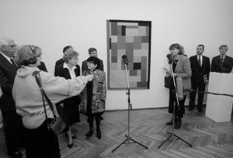 Dyr. Nawojka Cieślińska (ms) - z prawej, otwiera wystawę. Pośrodku Denise Rene. Z mikrofonem red. Krystyna Namysłowska (Polskie Radio)