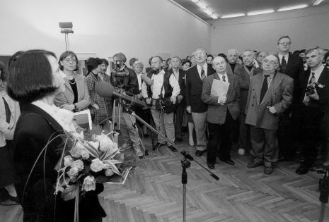 Od lewej komisarz wystawy Urszula Czartoryska (Dział Fotografii i Technik Wizualnych), dyr. Nawojka Cieślińska (ms), red. Magdalena Michalak (TVP) z ekipą, obok dźwiękowca red. Jerzy Urbankiewicz, x, dyr. Bernard Kepler (BWA w Łodzi), Bronisław Kardaszewski, Leszek Rózga, Stanisław Fijałkowski, Zbigniew Antoszewski (senator Sojuszu Lewicy Demokratycznej), x