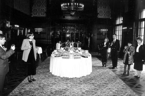 Z lewej wznosi toast dyr. Nawojka Cieślińska (ms), z prawej - Denise Rene