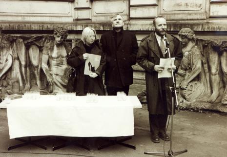 Komisarz wystawy Maria Morzuch (Dział Sztuki Nowoczesnej), Józef Robakowski, dyr. Mirosław Borusiewicz (ms)