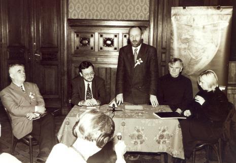 Podpisanie umowy partnerskiej z PLL LOT, od lewej dr Jacek Ojrzyński (wicedyrektor ms), przedstawiciel PLL LOT, dyr. Mirosław Borusiewicz (ms), Józef Robakowski, Maria Morzuch (Dział Sztuki Nowoczesnej)