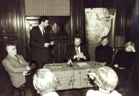 Od lewej dr Jacek Ojrzyński (wicedyrektor ms), przedstawiciel PLL LOT, dyr. Mirosław Borusiewicz (ms), Józef Robakowski, Maria Morzuch (Dział Sztuki Nowoczesnej)