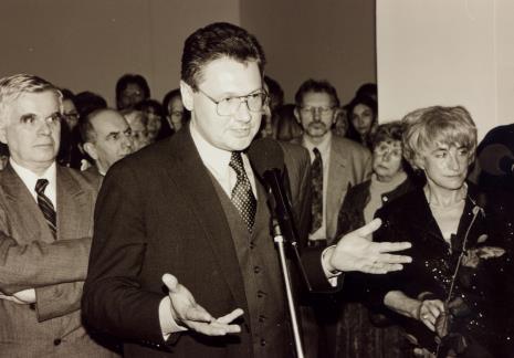 Od lewej dr Jacek Ojrzyński (wicedyrektor ms), w głębi red. Mieczysław Gumola, dyr. Tomasz Rosset (PLL LOT), w głębi Jerzy Treliński (PWSSP w Łodzi), Nika Strzemińska