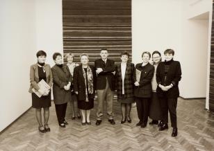 Od lewej Magdalena Ujma-Gawlik (Dział Promocji), Lidia Bogner (PZU), Katarzyna Bilicka (tłumacz), J. Kwaśniak i dyr. Jerzy Zalepa (Varitex), Elżbieta Błaszczyk (dyrektor PZU w Łodzi), Krystyna Jasińska (Dział Promocji), Marta Ertman (Dział Sztuki Polskiej