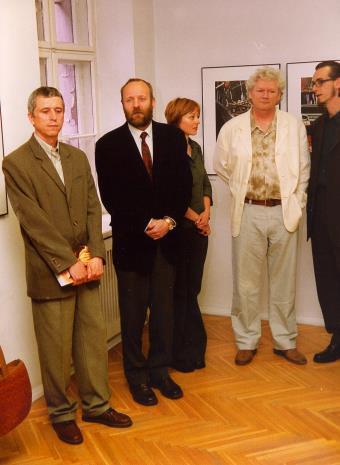 Od lewej Krzysztof Jurecki (Dział Fotografii i Technik Wizualnych, współpraca kuratorska), dyr. Mirosław Borusiewicz (ms), Magdalena Ignaczak (kurator wystawy), Robert Walker, Jerzy Korzeń (własc. Michał Pietrzak, Wspólnota Leeeżeć, tłumacz)