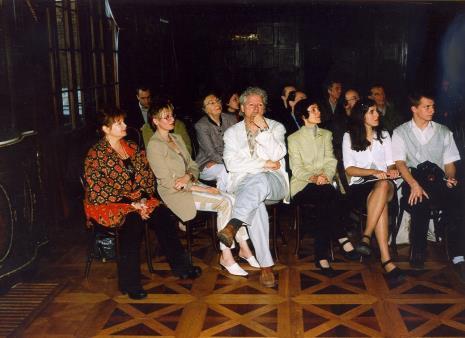 Robert Walker (w środku) wśród publiczności