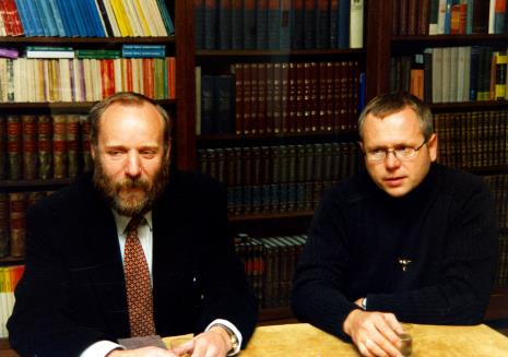 Dyr. Mirosław Borusiewicz (ms) i Wojciech Leder w czytelni biblioteki ms