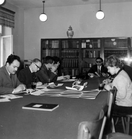 Od lewej red. Henryk Pawlak (Głos Robotniczy), red. Roman Janisławski (PAP), dr Jacek Ojrzyński (Dział Dokumentacji Naukowej), red. Krystyna Tamulewicz (Polskie Radio), dyr. Ryszard Stanisławski, Janina Ładnowska