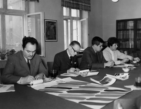 Od lewej red. Henryk Pawlak (Głos Robotniczy), red. Roman Janisławski (PAP), dr Jacek Ojrzyński (Dział Dokumentacji Naukowej), red. Krystyna Tamulewicz (Polskie Radio)