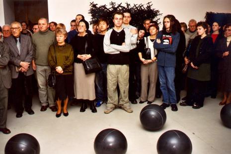 Publiczność na otwarciu wystawy, drugi z lewej (w jasnym krawacie) malarz Wiesław Garboliński