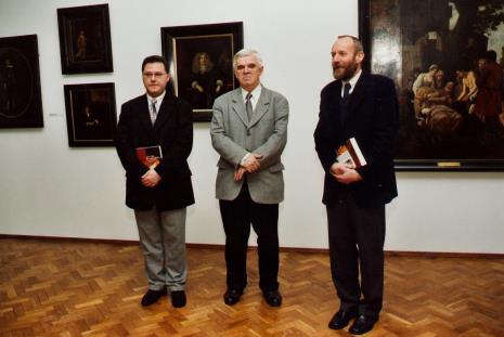 Od lewej kurator wystawy Dariusz Kacprzak (Dział Sztuki Obcej), Jacek Ojrzyński (wicedyrektor ms), dyr. Mirosław Borusiewicz (ms)
