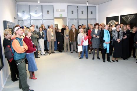 Z lewej Andrzej Miastkowski (Dział Realizacji Wystaw i Wydawnictw) obok w czerwonej kurtce Ewa Gałązka (Dział Fotografii i Technik Wizualnych)