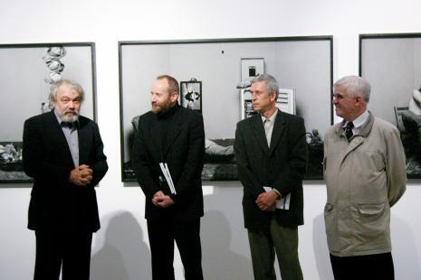Od lewej Wiesław Hudon, dyr. Mirosław Borusiewicz (ms), Kryzsztof Jurecki (Dział Fotografii i Technik Fotograficznych), dr Jacek Ojrzyński (wicedyrektor ms)
