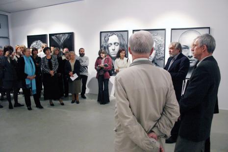 Na otwarciu przemawia Wiesław Hudon, z prawej komisarz wystawy Krzysztof Jurecki (Dział Fotografii i Technik Wizualnych)