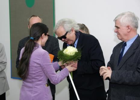 Katarzyna Tośta (Dział Promocji) wręcza kwiaty Andrzejowi Dłużniewskiemu. Z prawej Jacek Ojrzyński (wicedyrektor ms)