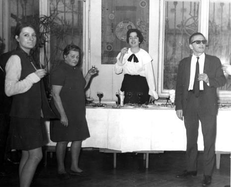 Od lewej x, Halina Grombczewska (inspektor techniczny ms), Janina Ojrzyńska (Dział Naukowo - Oświatowy), dyr. Ryszard Stanisławski