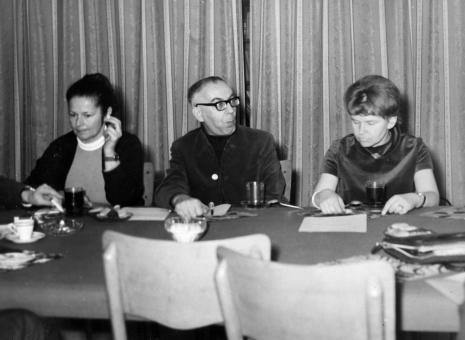 Konferencja prasowa w czytelni biblioteki ms, od lewej red Ewa Garztecka (Trybuna Ludu), Szymon Bojko, Janina Ładnowska (Dział Sztuki Nowoczesnej)