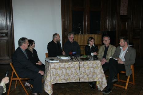 Od lewej Dariusz Bieńkowski (kolekcjoner), Ewa Hornowska, dyr. Mirosław Borusiewicz (ms), Józef Robakowski, Ewa Gałązka (Dział Fotografii), Krzysztof Bieńkowski (kolekcjoner), Krzysztof Candrowicz (Fundacja Edukacji Wizualnej)