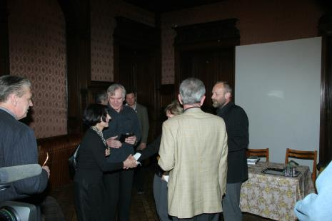 Od lewej Krzysztof Bieńkowski (kolekcjoner), Ewa Hornowska, Józef Robakowski, w głębi Krzysztof Candrowicz, z prawej dyr. Mirosław Borusiewicz (ms)