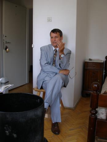 Adam Paczkowski w pokoju gościnnym w Rezydencji Księży Młyn (obecnie Muzeum Pałac Herbsta)