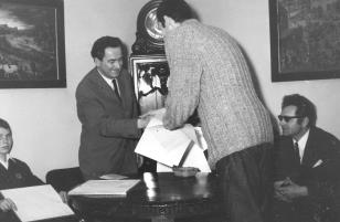 Jerzy Weinberg (Dział Naukowo - Oświatowy) wręcza dyplom opiekunowi Koła Fotograficznego w I LO im. M. Kopernika w Łodzi