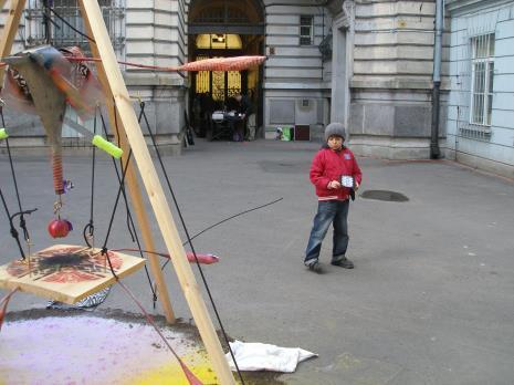 Widz i instalacja Wsoólnoty Leeeżeć na dziedzińcu muzealnym