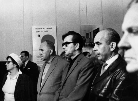 Od lewej B. Lisówna, x, Eugeniusz Ajnenkiel (Muzeum Ruchu Rewolucyjnego w Łodzi), x, Janusz Kłosiński (aktor), x