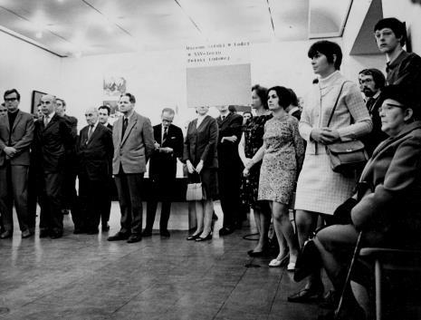 Od lewej pierwszy rząd - x, aktor Janusz Kłosiński, x, kustosz Michał Bohdziewicz, notuje red. Roman Janisławski (PAP), z prawej strony siedzi Michalina Tatarkówna-Majkowska