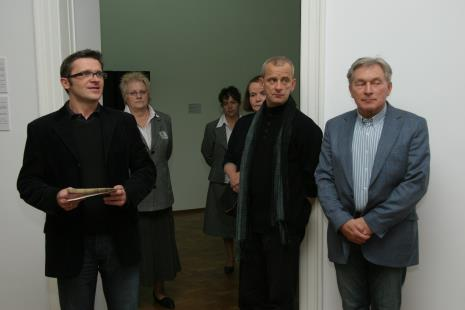 Na pierwszym planie dyr. Jarosław Suchan (ms), Janusz Głowacki (Galeria 86 w Łodzi), Zygmunt Krauze
