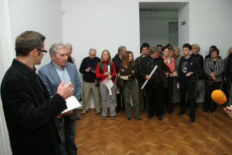 Od lewej dyr. Jarosław Suchan (ms), Zygmunt Krauze, z tyłu grafik Tadeusz Piechura, z białym znaczkiem red. Jędrzej Słodkowski (Gazeta Wyborcza, Łódź)