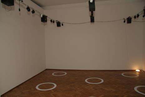 Widok na instalację Krzysztofa Krauzego