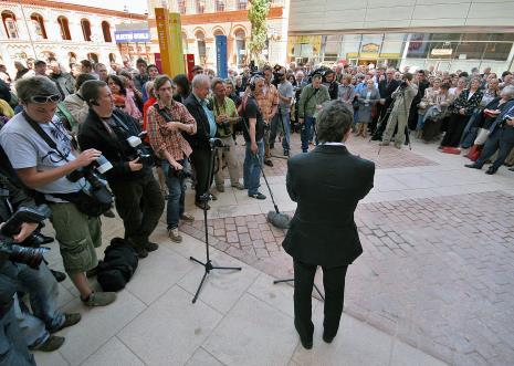 Dyr. Jarosław Suchan i fotoreporterzy