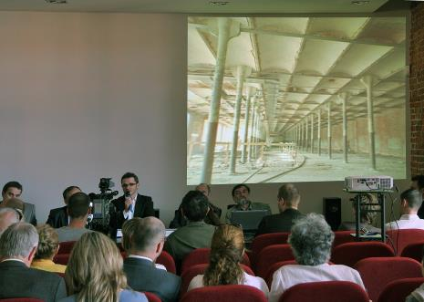 Dyr. Jarosław Suchan prowadzi konferencję prasową, przy komputerze   architekt ms2 Jacek Ferdzyn